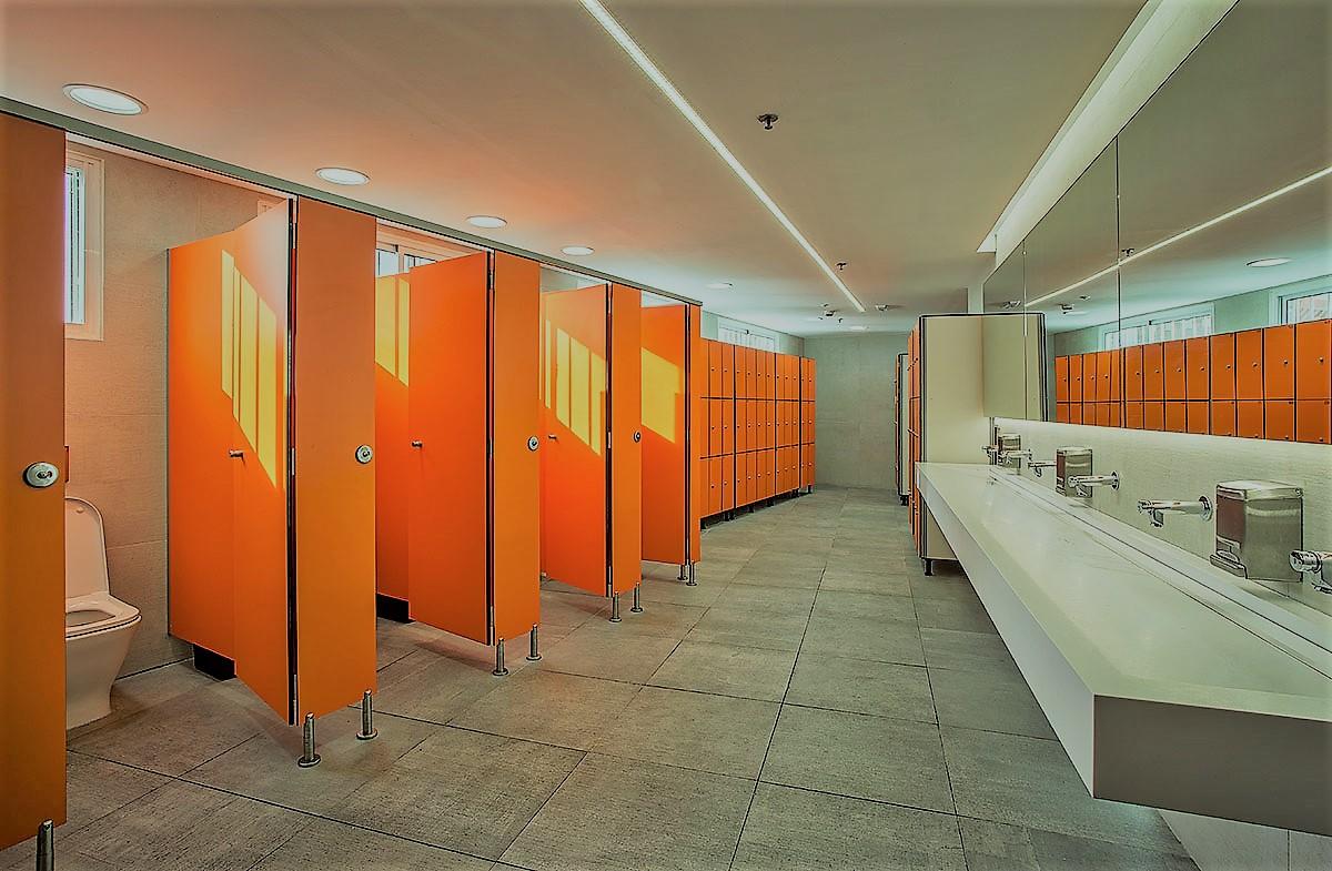 Taquillas, bancos y cabinas de fenólico.