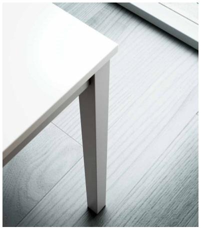 Detalle pata cuadrada mesa MADI y estructura perimetral de acero.
