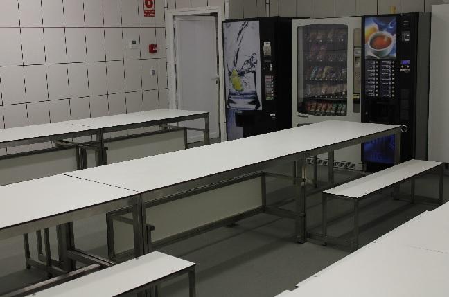 Mesas para comedores o reuniones. con bancos plegables hacia en interior.